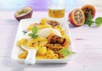 Ensalada de frutas exóticas - foto de stock