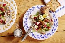 Saladas salsicha com rabanetes e ovos — Fotografia de Stock