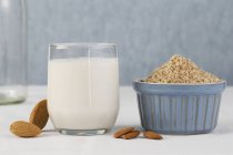Bicchiere di latte di mandorla — Foto stock