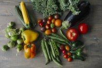 Types variés de légumes sur une surface en bois — Photo de stock