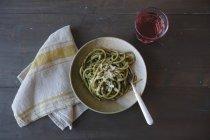 Pasta de espagueti con pesto - foto de stock