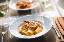 Paccheri паста з креветками і апельсинів — стокове фото