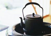 Vue de brazier et bouilloire du fer noir — Photo de stock