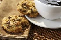 Biscotti con mirtilli rossi serviti con caffè — Foto stock