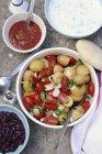 Ensalada de papa con tomates - foto de stock