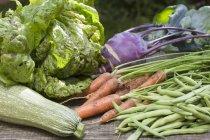 Légumes sur une surface en bois — Photo de stock