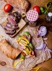 Sándwich de filete sobre papel - foto de stock