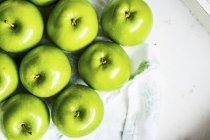 Зеленые яблоки на салфетке — стоковое фото
