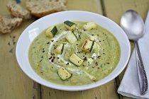Суп из кабачков с кусочками кабачков — стоковое фото