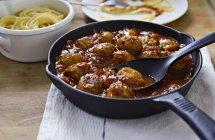 Meatballs in tomato sauce with linguine pasta — Stock Photo