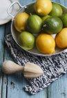 Свежие лимоны и лаймы в миске — стоковое фото