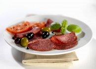 Салями с маслинами и помидорами — стоковое фото