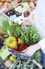 Овочі свіжі ринку в перевірили сумку в руках жінка — стокове фото