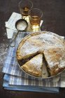 Pastel de remolacha espolvoreado con azúcar glas - foto de stock