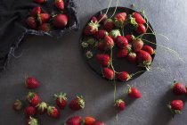 Fragole fresche con piastra e tessuto — Foto stock