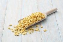 Pasta de huevo suave en cucharada de madera - foto de stock