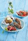 Würstchen in Schinken mit Tomatensalat — Stockfoto