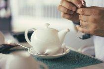 Bule de chá branco em um restaurante — Fotografia de Stock