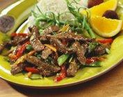 Mescolare manzo fritto con riso — Foto stock