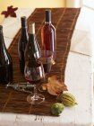 Bouteilles et verres de vin — Photo de stock