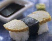 Один tamagoyaki нігірі-суші — стокове фото