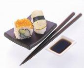 Маки і нігірі-суші на блюді — стокове фото