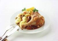 Coscia di pollo arrosto con funghi — Foto stock