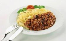 Tritare il ragù con pasta tagliatelle del nastro — Foto stock