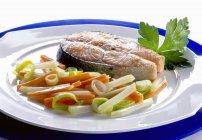 Gebratener Lachs Steak und gedünstetem Gemüse — Stockfoto