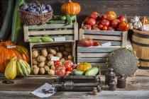 Овочів і сливи на ринку з коробки і ящиків — стокове фото