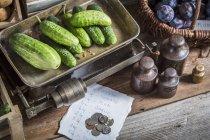 Огурцы на старой паре чешуек — стоковое фото