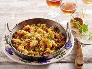 Paella di Fiesta da Florida in ciotola sopra la piastra sul tavolo con la forcella — Foto stock
