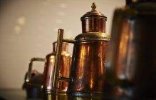 Detailansicht der Antike Kupfer-Dosen — Stockfoto