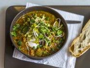 Овощной суп с травами — стоковое фото