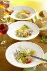 Pesce affumicato e insalata di sedano su piastre — Foto stock