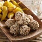 Vários tapas: data bolas com sementes de gergelim e malaguetas em conserva — Fotografia de Stock