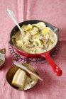 Pasta dei ravioli in salsa di funghi — Foto stock