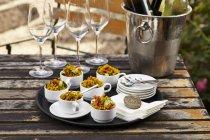 Кускус салаты в кофейных чашках на подносе — стоковое фото