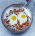Œufs frits avec anneaux de piment — Photo de stock