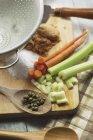 Vários ingredientes guisado na mesa de madeira — Fotografia de Stock