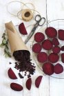 Homemade beetroot crisps and raw slices — Stock Photo