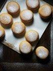 Donuts azucarados en bandeja - foto de stock