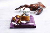 Nahaufnahme von cremiger Hummersuppe mit Kaviar im Glas auf Handtuch — Stockfoto