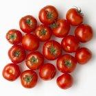 Tomates rojos crudos - foto de stock