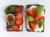 Помолу відкрите бутерброди — стокове фото