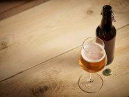 Un bicchiere di birra ed e bottiglia — Foto stock