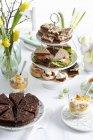 Buffet di Pasqua con la torta — Foto stock