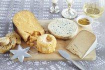 Planche de bois de fromage — Photo de stock