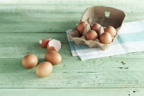 Uova crude e gusci d'uovo — Foto stock