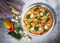 Pizza con calabacín en placa - foto de stock